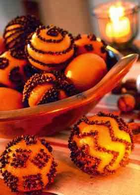 Świąteczne wzory z goździków na pomarańczach