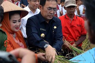 Eddy Santana Putra bersilaturahmi dengan warga Kota Lahat.