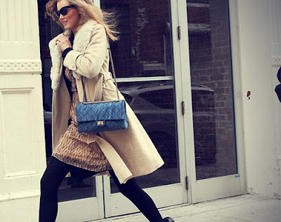 اتيكيت المشية الصحيحة سر من اسرار جمال وجاذبية المرأة  - woman walking on the street