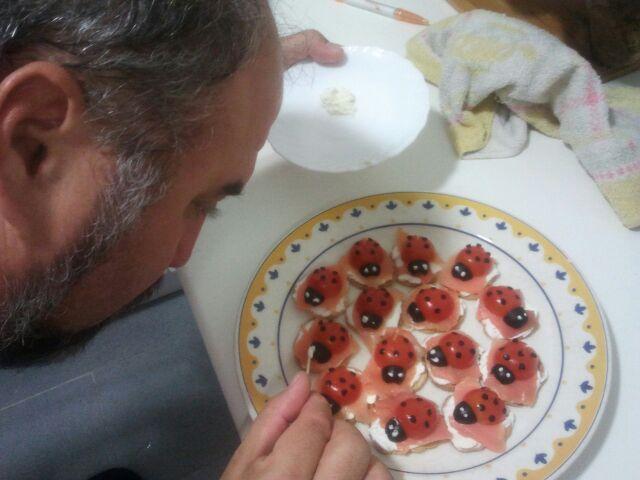 Pintando los ojos a las mariquitas