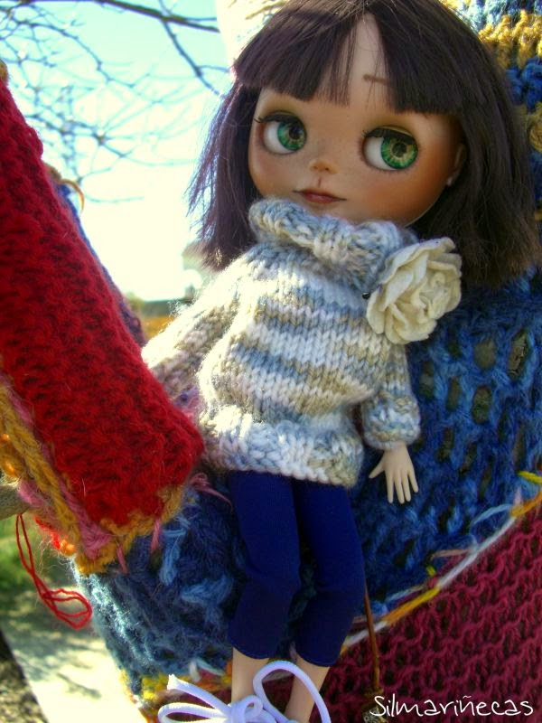 Caty basaak doll sobre yarn-bombing