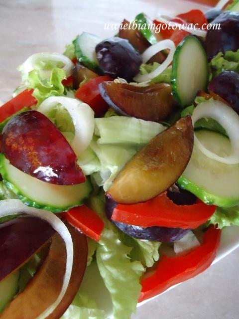 Sałatka ze śliwkami węgierkami