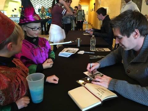 Oliver Phelps firmando autógrafos fans Harry Potter Celebración