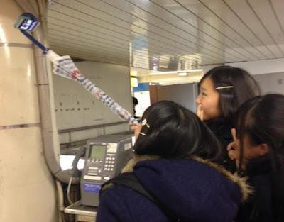 Jepang Larang Penggunaan Tongkat Selfie di 1195 Stasiun Kereta