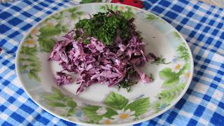 готовый салат из красной капусты, крабовых палочек и чернослива