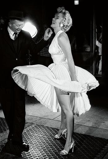 levantando su falda: