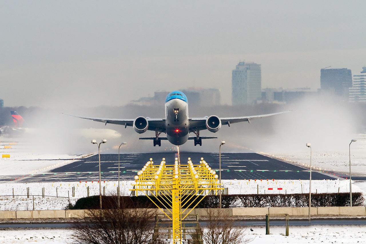 Wallpaper met mooie foto met een opstijgend vliegtuig