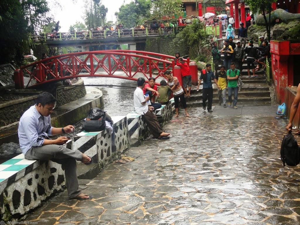 Pengunjung di Pemandian Air Panas Guci, Tegal