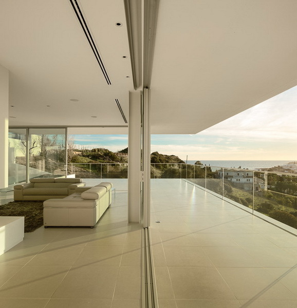 Open glass wall in Modern Villa Escarpa by Mario Martins