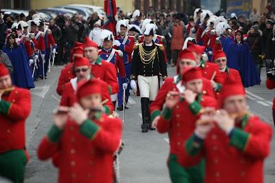 El General desfila con sus tropas napoleónicas