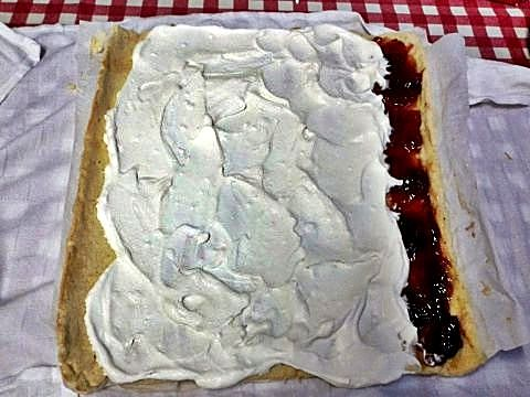 Preparación de los phoskitos rellenos de nata y mermelada de fresas