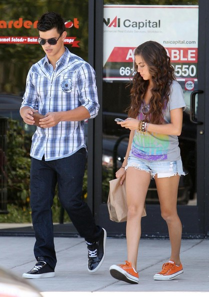 Taylor Lautner With Girlfriend New Photos 2012-2013Taylor Lautner And Girlfriend Kissing