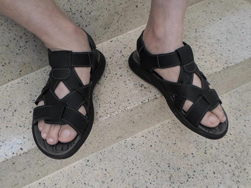 Homem usando sandália masculina Itapuã - Pés Masculinos - Male Feet