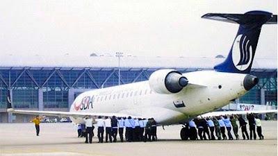 pasajeros empujando un avión en china