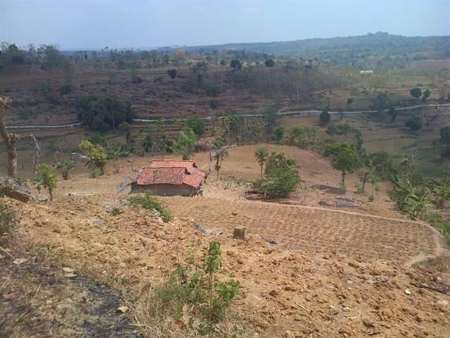 Salah satu rumah penduduk yang berada tepat dibawah lereng bukit.