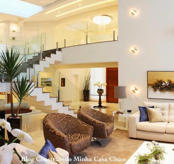 Construindo minha casa clean salas com cores neutras for Sala de estar grande com escada