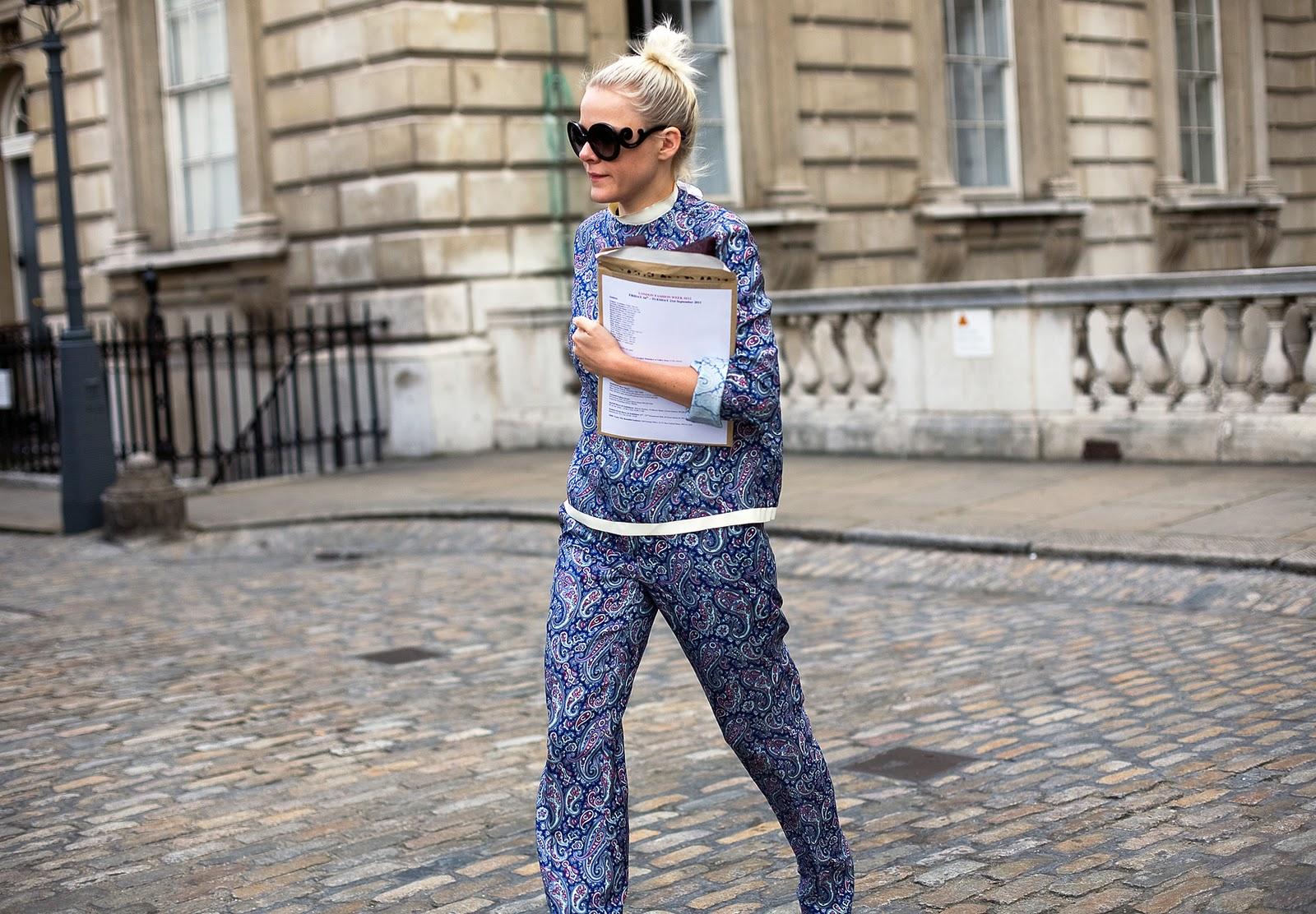 Фото девушек в брюках на улице 1 фотография