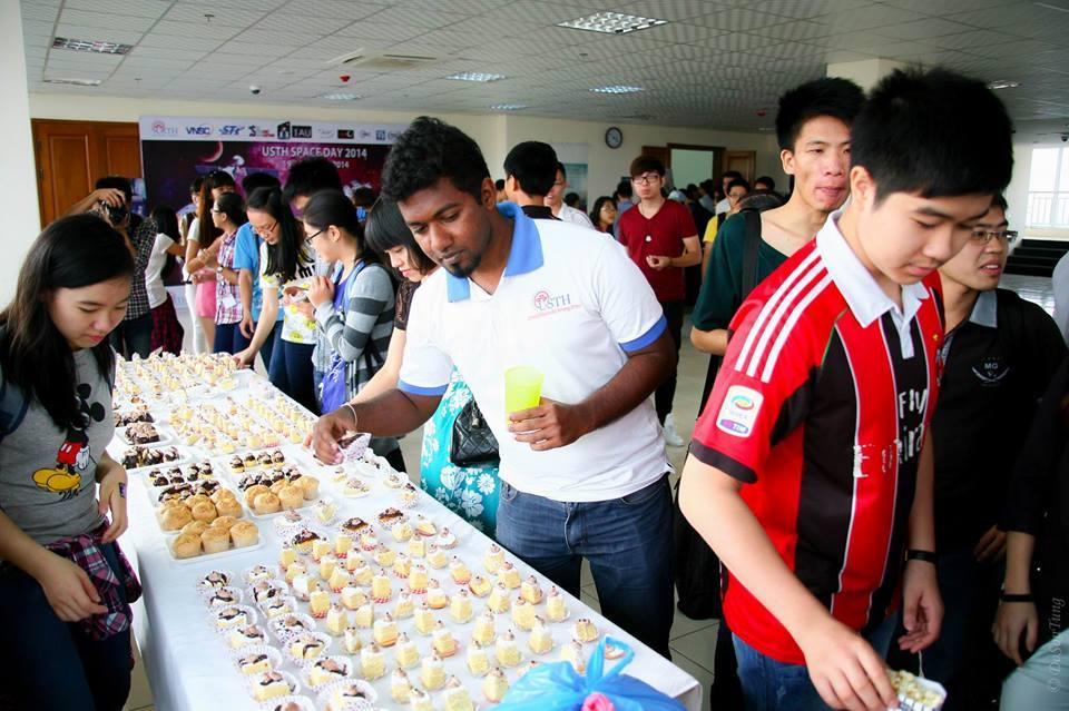 Giờ giải lao với đồ ăn nhẹ do chính tay các bạn sinh viên USTH làm. Ảnh: Đỗ Sơn Tùng (USTH).