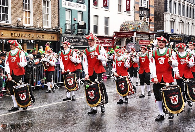 Frases De st-st patrick-saint patrick: Happy St Patick's Day  Drums And Trumpets Band