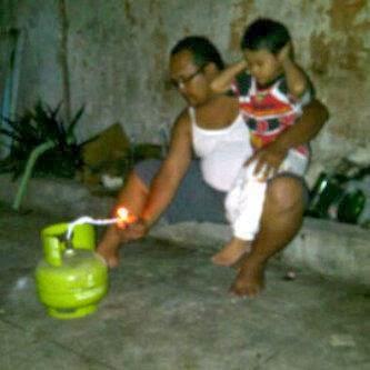 Foto Foto Lucu Dan Unik, Main Petasan, tabung gas