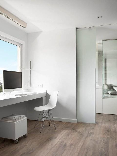 escritorio blanco con silla eames