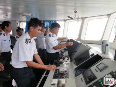 Được lệnh, tàu 4032 tăng tốc tiến về phía mục tiêu.