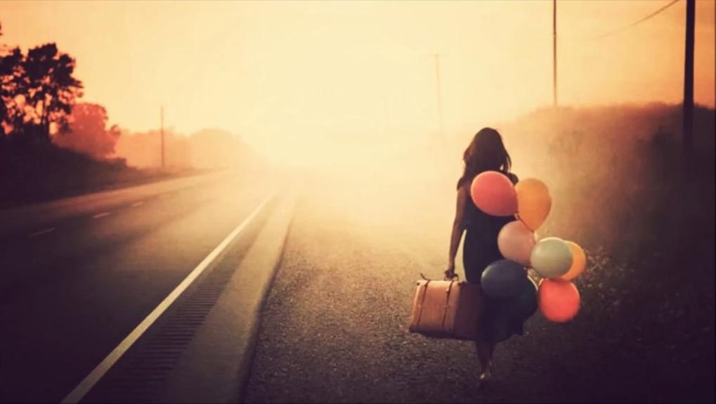 Mujer caminando con maletas