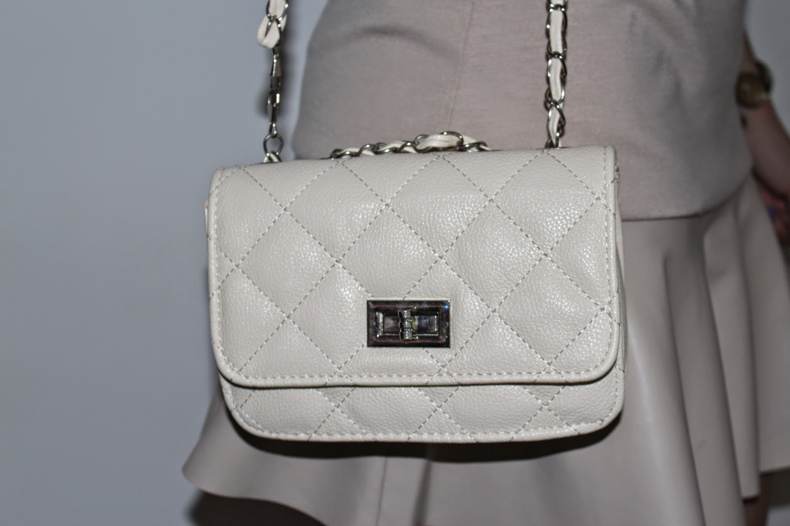 http://www.martofchina.com/woman-beige-rhombus-embossing-twist-lock-black-shoulder-bag-g88104.html?lkid=659