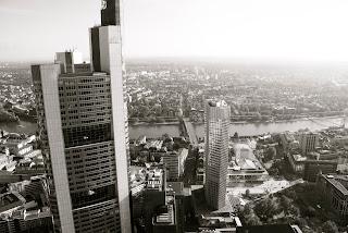 Vista de Frankfurt am Main en Alemania y sus edificios y el Meno