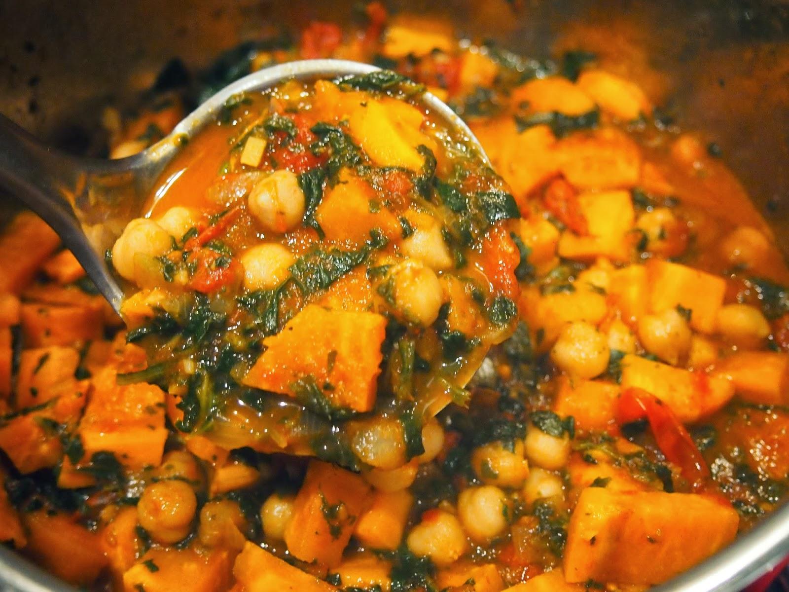 lasciare cuocere per altri 20 minuti aggiungere gli spinaci ed i ceci precedentemente scolati condire con garam masala ed eventualmente aggiungere sale