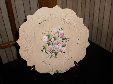 Assiette de petites roses sur effet de peinture antique