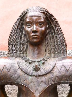Escultura de Arminda, en la Cueva Pintada