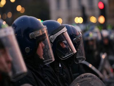 Ιταλία: Αστυνομικοί βγάζουν κράνη και συντάσσονται με διαδηλωτές