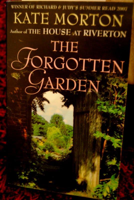 Nen Kirjassa The Forgotten Garden Suom Hyl Tty Puutarha Kate Morton