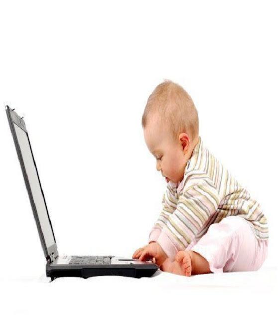 adorable bébé devant son ordinateur