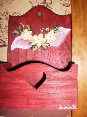 Porte-lettres mural en bois avec petits motifs de fleurs