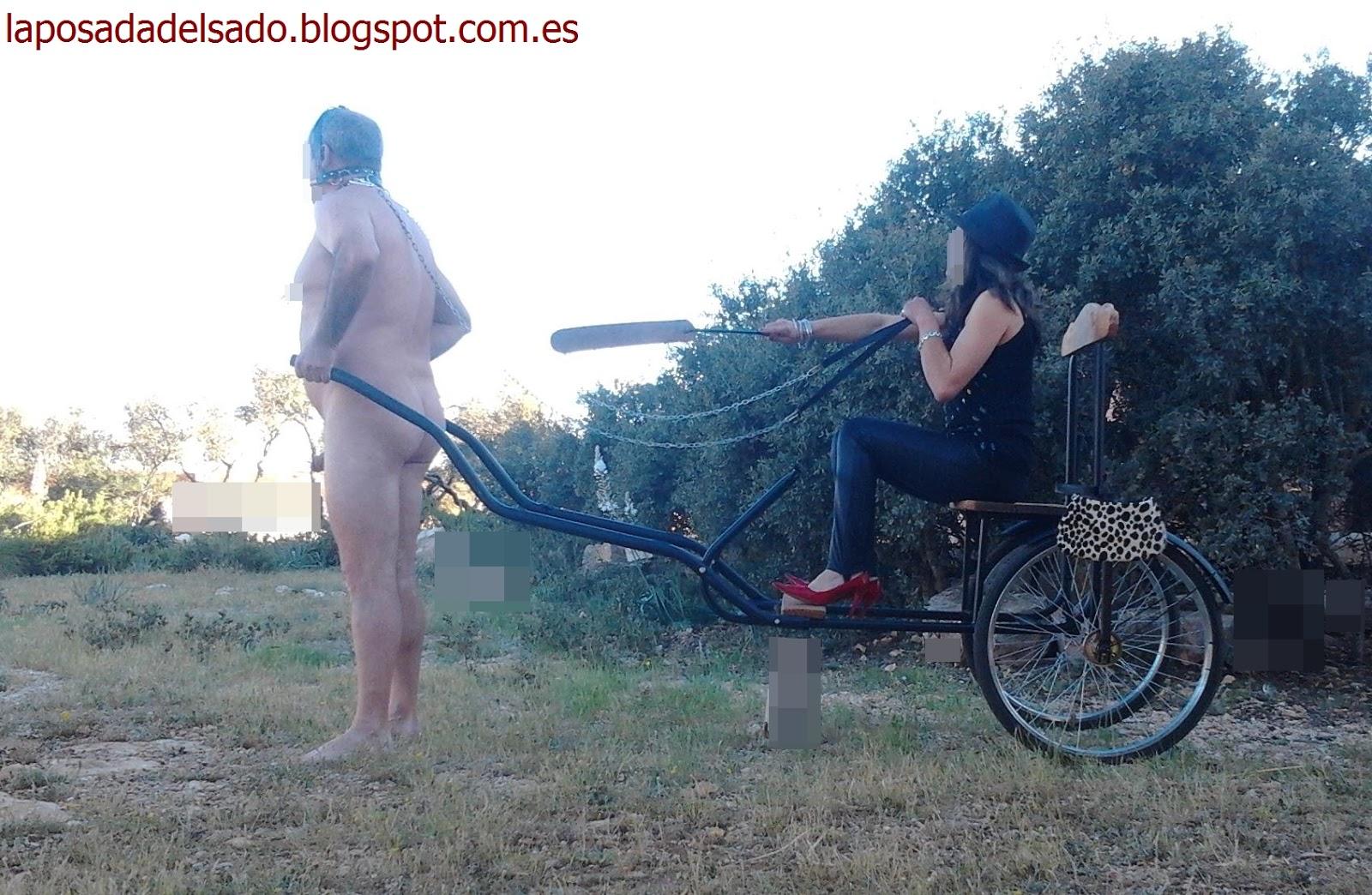 Enculando a un esclavo en el cepo plegable - 3 4