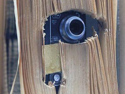 Sebuah kamera kecil turut dimasukkan ke dalam buku replika yang pernah digunakan oleh ejen Perisikan Persekutuan Amerika Syarikat (CIA).