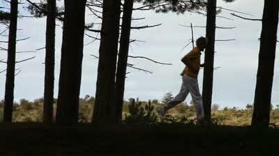 Berlari menerobos hutan belantara