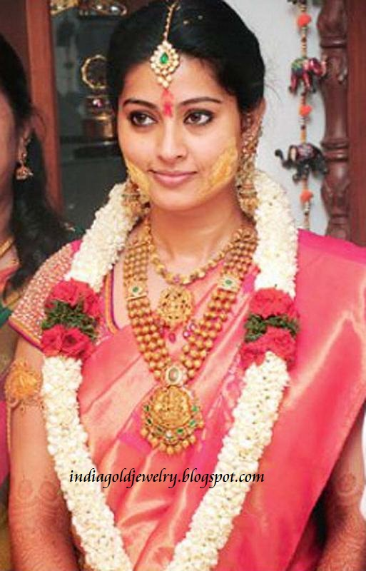 Indian Gold and Diamond Jewellery: Sneha in Nakshi Temple Jewellery at her Wedding