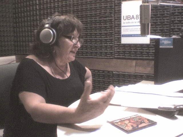 Mabel conduciendo su ciclo en Radio UBA