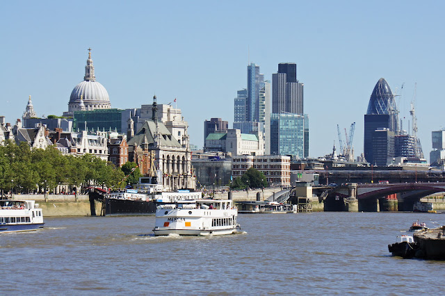 thames river cruise london skyline