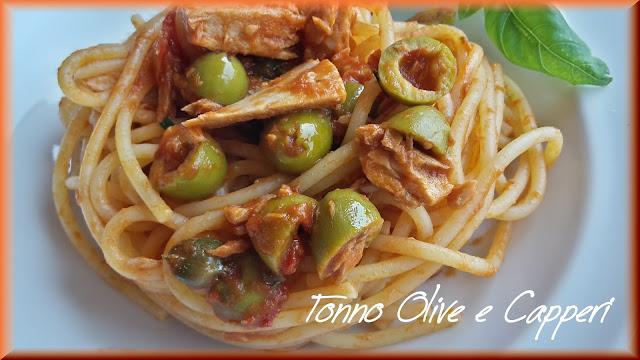 spaghetti al tonno con olive e capperi