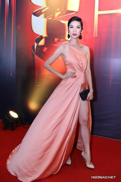 Đạo diễn catwalk Xuân Lan cũng chọn váy lụa với đường cắt táo bạo để khoe đôi chân dài gợi cảm.