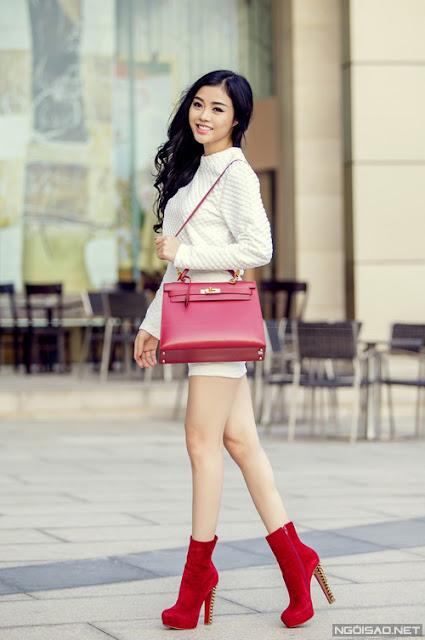 Với chiều cao 1m69, gương mặt xinh đẹp và đôi chân thon dài, Julia Hồ đôi khi cũng làm người mẫu nhưng rất ít nhận show bởi công việc đã chiếm gần hết thời gian của cô.