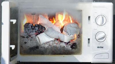incendia su casa ropa interior microondas
