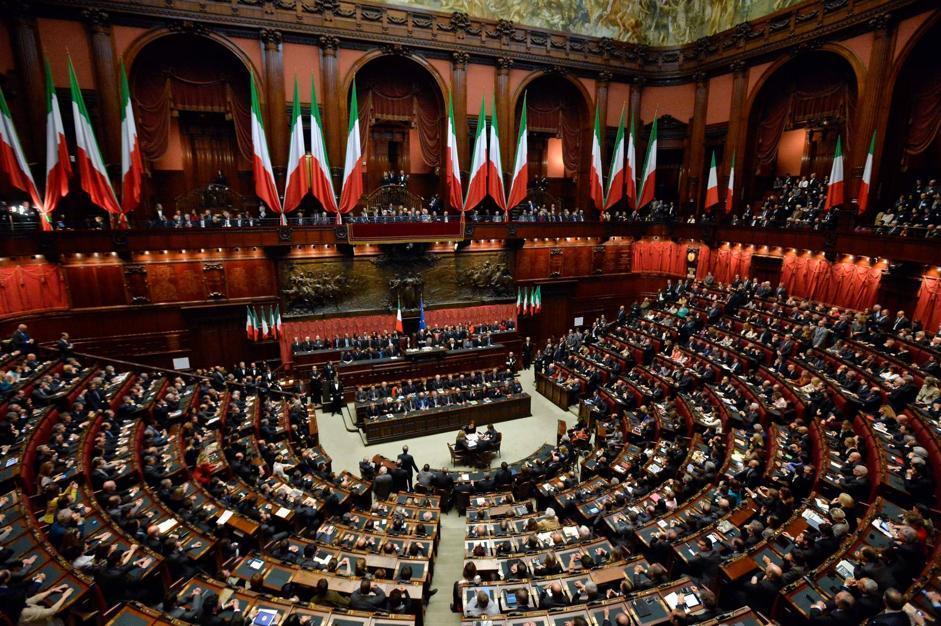 Il corrosivo di marco cedolin se la cantano e se la suonano for Parlamento della repubblica italiana