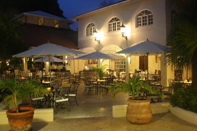 Terraza del Restaurante The Palm en el complejo hotelero Blue Waters en Antigua