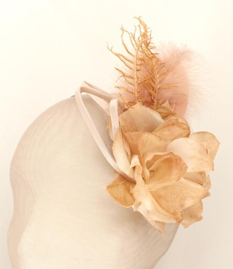 Colección La Cesta - Tocado Broche Nude flor y Helecho (frente)