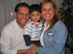 Claudia con su esposo e hijo